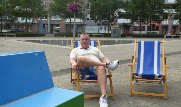 Jeroen Reussing op het Croydonplein bij de vier strandstoelen die er nog over zijn van de tien. (foto: Marnix ten Brinke)