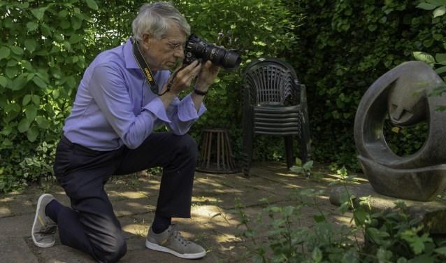 """Han Brinkman bij het beeld 'Ik en mijn ziel'. """"Als ik mijn eigen foto's bekijk, gaat het vaak over 'minder is meer'."""