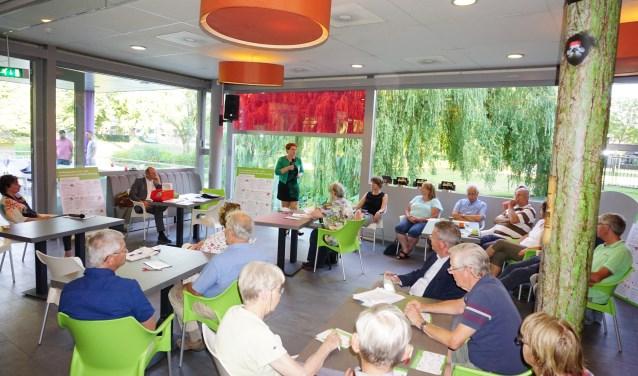 Wethouder Chantal Broekhuis vervangt dorpswethouder Hans Waaldijk tijdens de Collegetour in Leersum. FOTO: Ellis Plokker