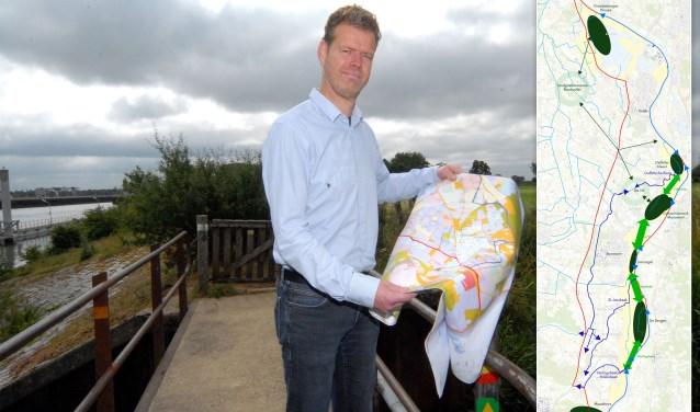 Kavelruilcoördinator Gerald Willemsen met een plattegrond van de Maasheggen. Hieronder meer over het kaartje rechts.  (foto: Tom Oosthout)