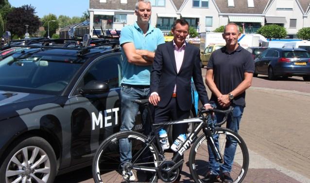 Michel Megens, wethouder Ton de Vree en Henk Speelman: 'West Maas en Waal is een eldorado voor wielrenners.'