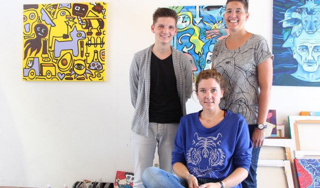 Marijn Runhart, Jessica Becks (zittend) en Daniëlla Krijt vormen het dagelijks bestuur van Stichting Culturele Broedplaats Wijchen.