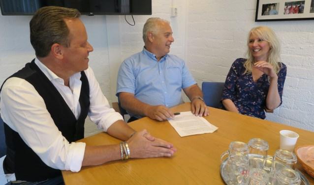 De drie initiatiefnemers tijdens overleg over de nieuwe aanpak. Vlnr. Elmer Bouwer, Gerard Langenberg en Miriam Renzen. (foto GvS)