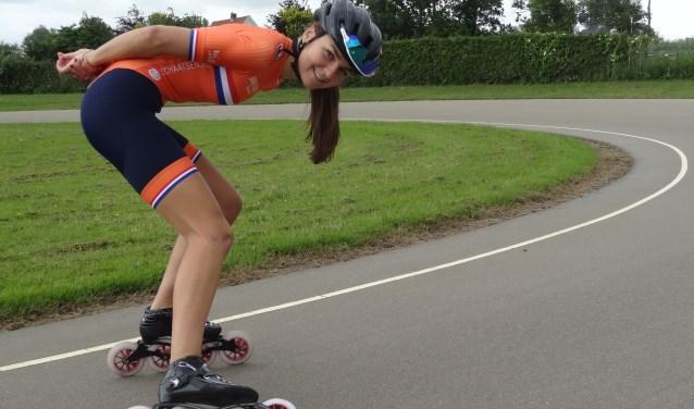 Elsemieke poseert op de skeelerbaan van River Skate Team in haar Oranjepak waar ook persoonlijk sponsor Van Osch Rijwielen op prijkt.