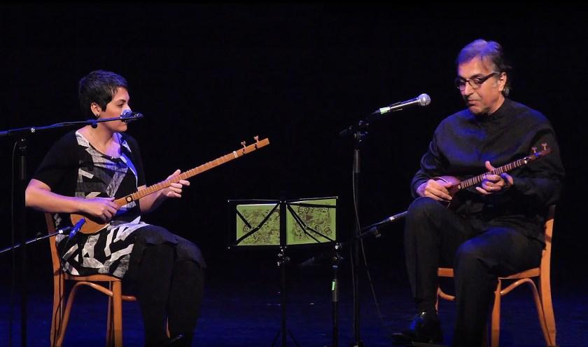 Met Samira Golbaz en Hamid Motebassem kwam de rustgevende setar muziek op het podium. (foto: Persian Dutch Network)