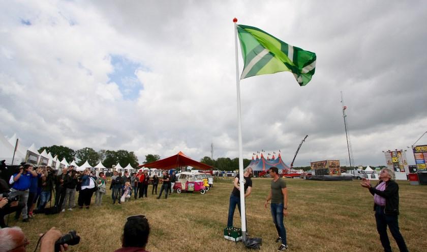 Ontwerper van de vlag Paul Heutinck en schaatser Stefan Groothuis hijsen de Achterhoekse vlag. Foto: Eveline Zuurbier
