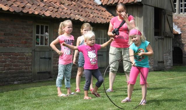 Kinderen kunnen genieten van OudHollandse spelen bij De Lebbenbruge in Borculo.