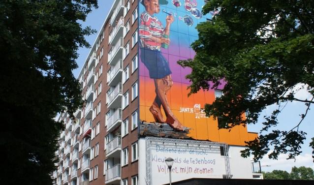 Het door Beatrix onthuld kunstwerk, zij onthulde een enorme muurschildering van kunstenaar Pee-Jay Czifra en een gedicht van de 12-jarige Bobbi-Rose op de Pucciniflat, luidend: Dansend door de lucht, kleuren als de regenboog vol met mijn dromen