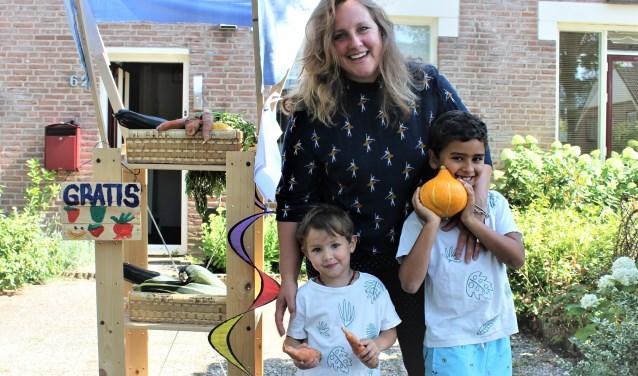 Sarah en haar kinderen Xander (6) en Max (3) vinden het zonde om hun zelf gekweekte groenten weg te gooien, dat geven ze liever weg.