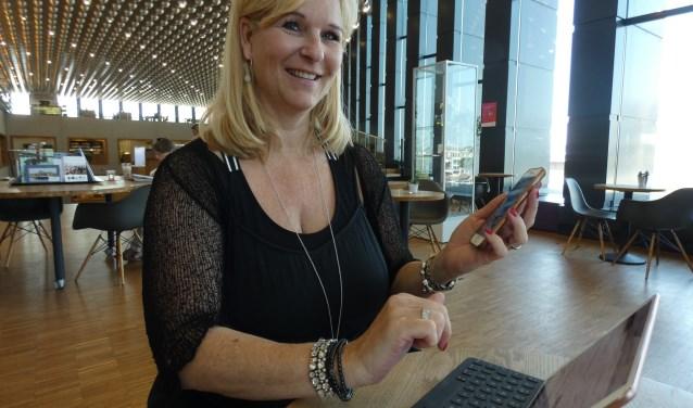 Sandra Huizer, vrijwilliger bij Bibliotheek Eemland, brengt ouderen graag digitale kennis bij. (Foto: Adriënne Nijssen)