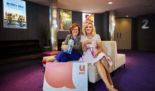 Wethouder Linda Voortman en ambassadrice Tineke Schouten met de nieuwe U-pas. Foto: PR