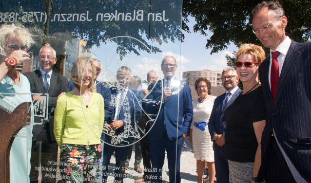 Familie van Jan Blanken bekijke het monument samen met burgemeester Groeneweg en Directeur-Generaal van Rijkswaterstaat Michèle Blom