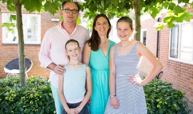 Peter en Jacomijn Jansen met hun dochters.