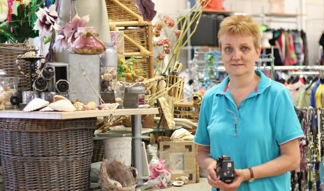Monique Sijtsema aan het werk in de winkel van Kringloopbedrijf Bernheze. Foto: Gruntjes