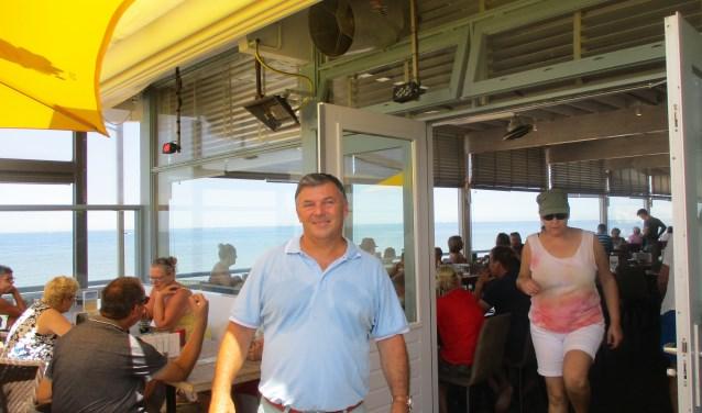 Eigenaar Jacco Duvecot van strandpaviljoen De Oase beleeft een topperiode dankzij het warme weer. FOTO: MARCEL VAN DER VOORT