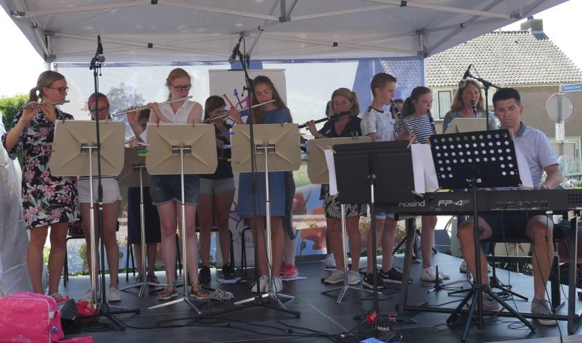 Een prachtig optreden van dwarsfluit- en klarinetleerlingen op het Heuvelsteynpodium tijdens het Zomerfeest (foto Wim Soeters).