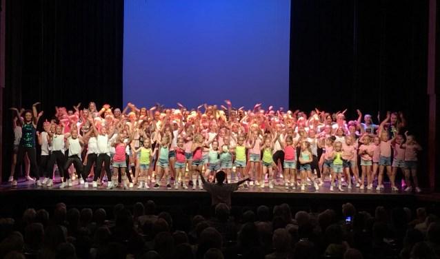 Vol enthousiasme hebben de kinderen van Dance by Fernanda een optreden verzorgd.
