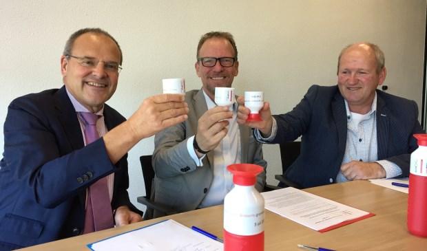 Directeur Guiljo van Nuland (Brabant Water), gedeputeerde Johan van den Hout en ZLTO-bestuurder Gerard Nabuurs brengen een frisse water-dronk uit na de ondertekening.