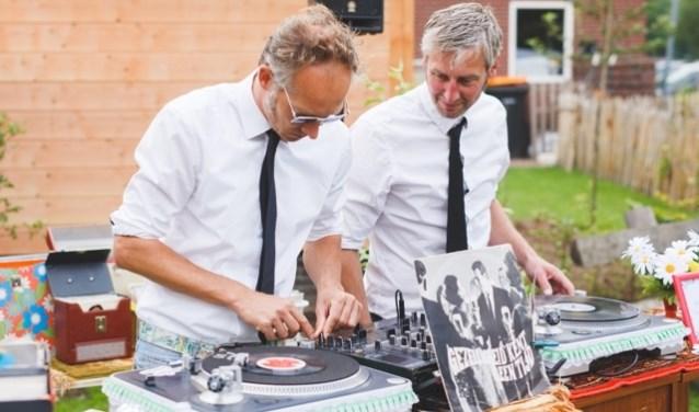 De Retrro DJ's Plaatjes Vullen Gaatjes zorgen voor de muzikale omlijsting van de Bazaar.
