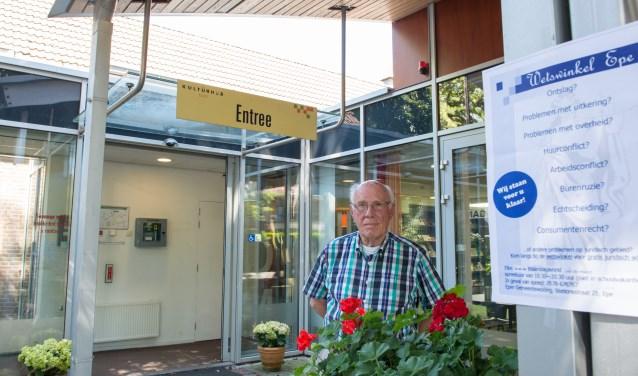 Jaap van den Brink, ruim een kwart eeuw één van de gezichten van De Wetswinkel in Epe, stopt er mee. Foto: Dennis Dekker