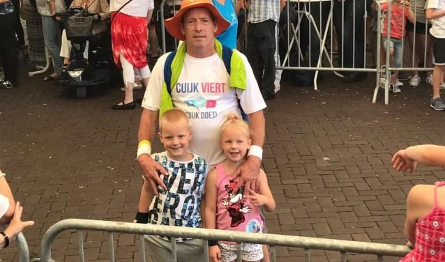 Cuijkenaar John Jansen met zijn kleinkinderen Lynn en Sem. (foto: eigen foto)