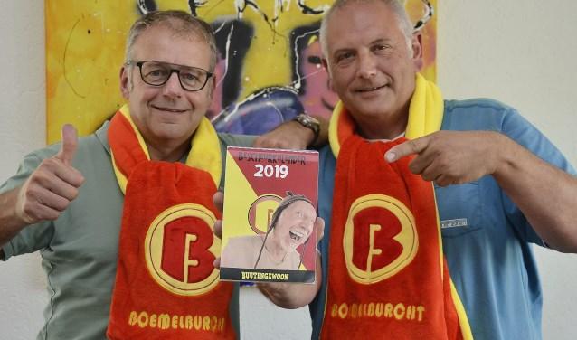 Werner (links) en Max Hetterscheid komen namens de Vrienden van Carnaval in Boemelburcht met een Bescheurkalender (foto: Ab Hendriks)