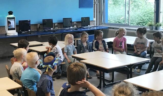Yun is letterlijk bij de les,dankzij Klassecontact. Meedoen, vragen stellen en beantwoorden, rondkijken in de klas vanuit je ziekenhuisbed, het kan allemaal met 'De klasgenoot' van KPN.