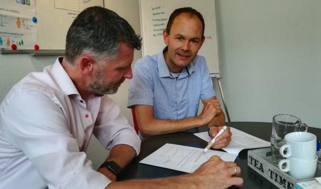 Als mediator overlegt Roel Pieterse (rechts) niet alleen met cliënten maar bijvoorbeeld ook met een hypotheekadviseur. (foto Anja Straathof)