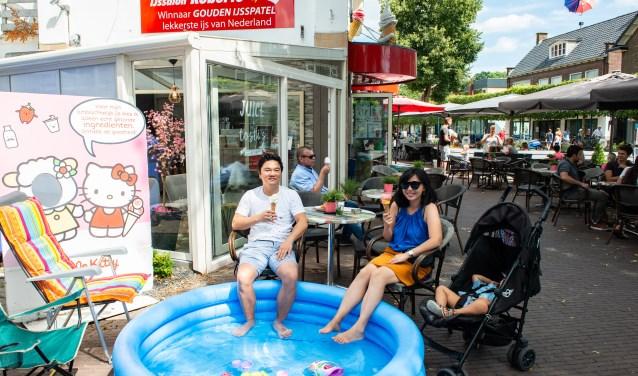 Topzomer voor IJssalon Roberto in Epe. Tijdens deze warme dagen hebben Shu-Ta Chou en Shao-Qiao Hu wel even een badje opgezet.