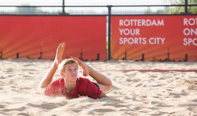"""""""Beachvolleybal is zwaarder, maar heel leuk"""", vindt Youri Ebbelaar, het 14-jarige talent van Fusion en Beach Club Rotterdam. """"Er zijn meer acties en je duikt makkelijker."""" (Foto: Ferdy Collewijn)"""