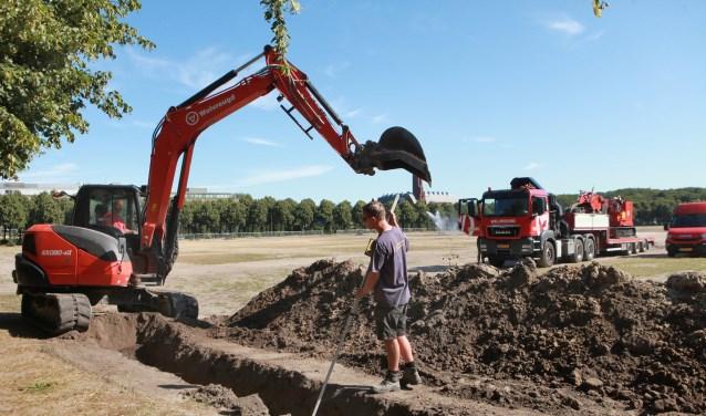 De eerst gleuf van meer dan 1 meter diep en bijna 1 kilometer lang, voor de elektrakabels wordt gegraven.