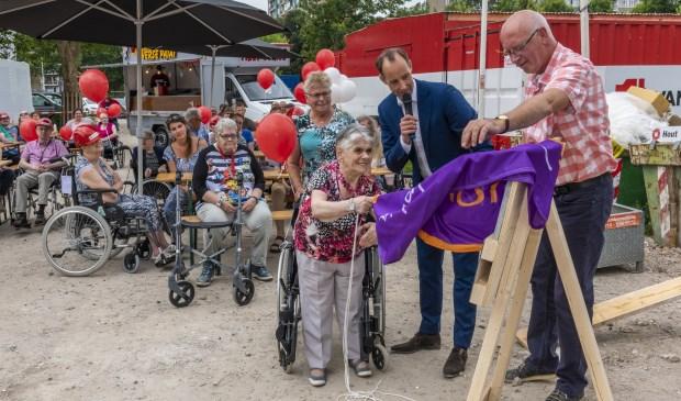 """Corrie Vonkonthulde trots de eerste steen: """"Ik vind het zo leuk om mee te doen"""", zei ze. Eigen foto"""