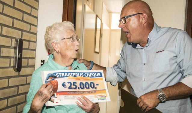 Adri was stomverbaasd dat ze 25.000 euro uit handen  van Gaston kreeg (Foto: Postcode Loterij)