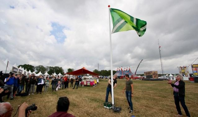 Ontwerper van de vlag Paul Heutinck en schaatser Stefan Groothuis hijsen de Achterhoekse vlag.
