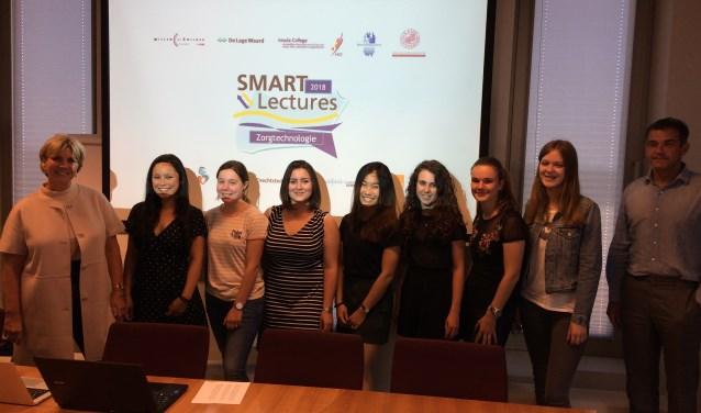 Het team van het Develstein College uit Zwijndrecht dat net als een team van CSG De Lage waard een prijs won in de zorginnovatieprijs van Smart Lectures.