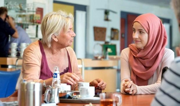 Medewerkers Sociale Wijkteams Nijmegen met elkaar in gesprek.