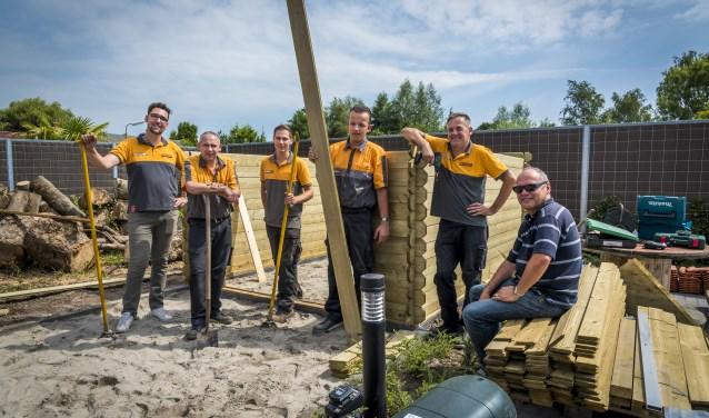 Vrijwilligers knappen tuin op van wooncomplex voor mensen met beperking. (Foto: pr)
