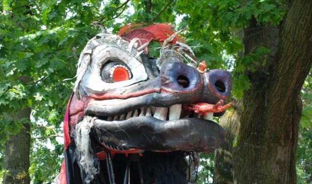 Er loopt een kolossale briesende draak op het DRU park tijdens de Achterhoek Spektakel Toer