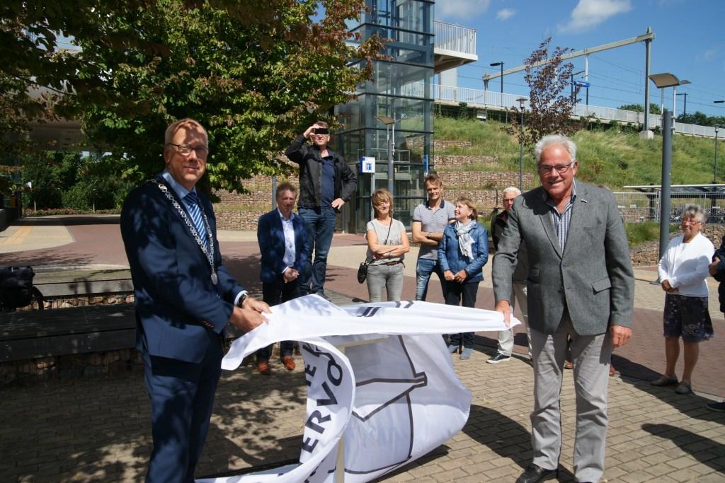 Bij het NS-station in Westervoort is onlangs een bord onthuld dat het beginpunt markeert van een nieuwe, historische fiets- en wandelroute. Links burgemeester Arend van Hout, rechts Henk Tiedink.