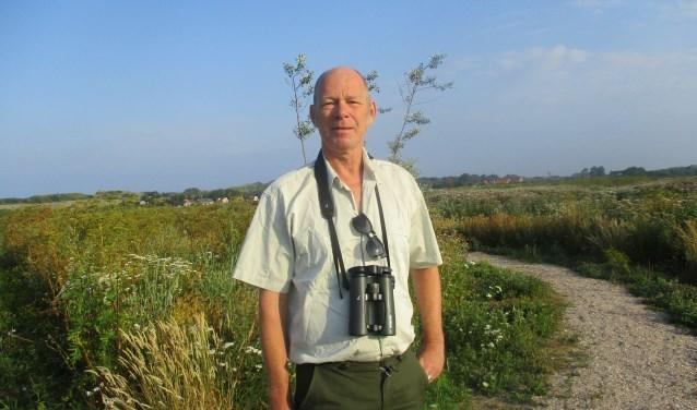 Boswachter Karel Leeftink houdt nauwlettend de droogte in de natuur in de gaten. FOTO: Marcel van der Voort