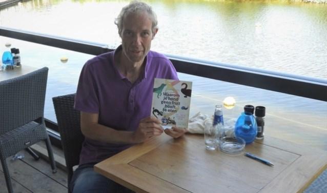 Ken Kraaijeveld heeft het boek 'Waarom je hond geen fruit hoeft te eten' geschreven. Het boek geeft allerlei verschillende aspecten van het omvangrijke DNA weer.