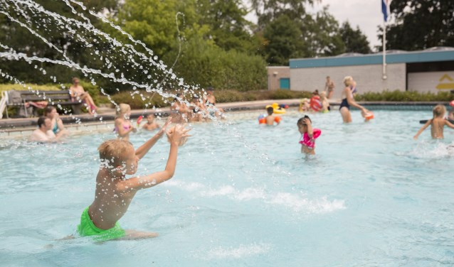 Zwembad Zidewinde aan de Julianalaan 3a in Sprang-Capelle is in deze warme weken alle dagen geopend.