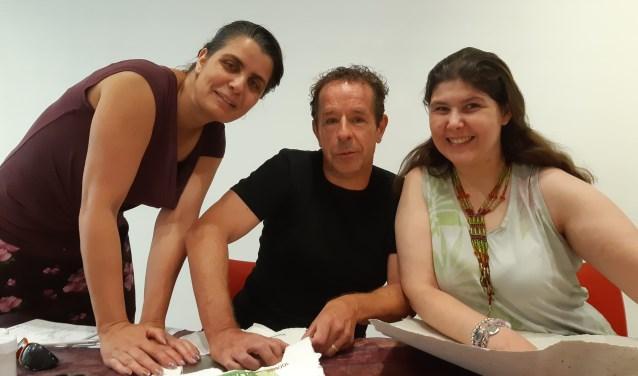 GR verslaggever Frans Limbertie krijgt les in papierscheppen van Inke en Helen