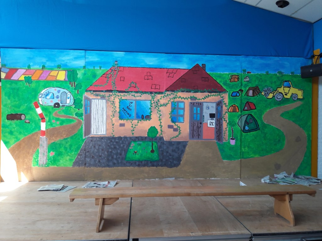 """""""Nu zijn we bezig met de musical: Bende op de camping. We hebben het decor geschilderd en we hebben zelf de dansjes bedacht.""""  © Persgroep"""