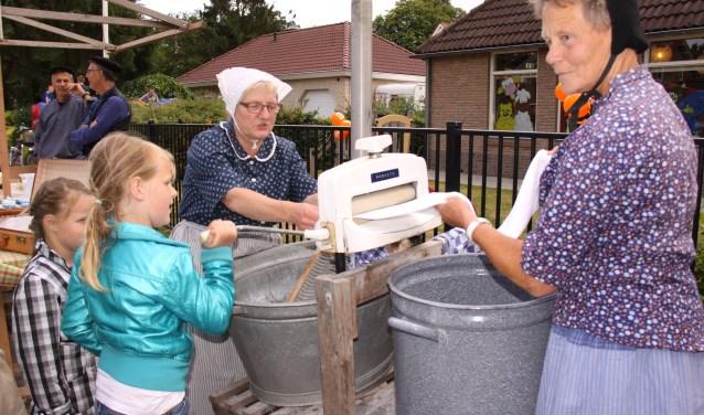 Wassen zoals het vroeger ging. Kinderen kijken hun ogen uit. Foto: Organisatie Oudhollandse Markten Lemele.