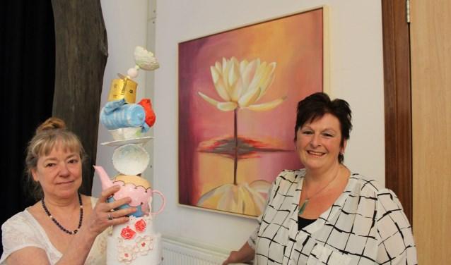 De kunstenaressen met een van hun werken; links Danielle Broekhuizen met 'Leut' , rechts Mirna Tuten met 'No mud, no lotus'. (foto: Sigrid Aalfs)