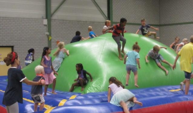 Bij de Speelfabriek kunnen de kinderen zich onder meer uitleven op grote luchtkussens.