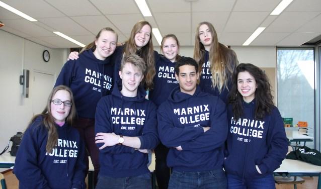 Leerlingenraad van het Marnix gekleed in de Marnix-hoodie. (Foto: Danique Luttikhuizen)