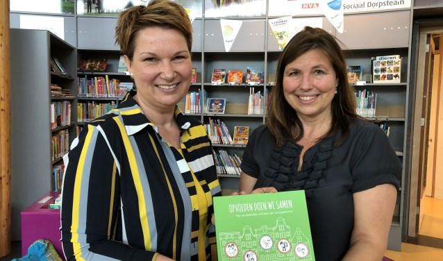 Coördinator Mariska Cornelissen overhandigt een exemplaar van 'Opvoeden doen we samen' aan wethouder Chantal Broekhuis.