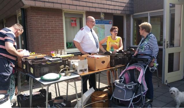 Tijdens de rommelmarkt afgelopen donderdag kon majoor Cor van Beijnum al kennismaken met enkele mensen.
